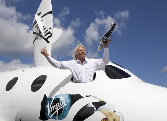 Ричард Бренсон и космический корабль от Virgin Galactic